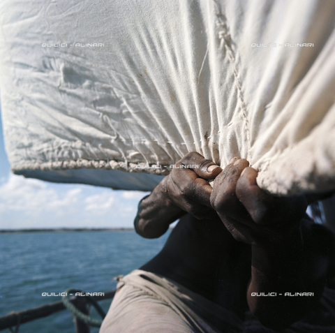 QFA-F-000060-0000 - Un pescatore badjuni e la vela del suo daòn in navigazione lungo la costa tra il Kenya e la Somalia - Data dello scatto: 1973 - Folco Quilici © Fratelli Alinari