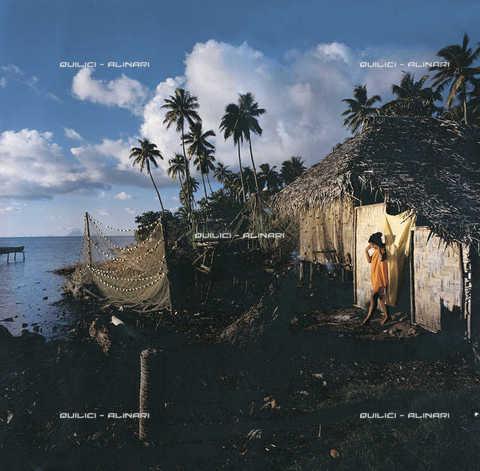 QFA-F-000064-0000 - Una delle ultime capanne tradizionali polinesiane sulle rive di Raiatea, Isole Sottovento - Data dello scatto: 1956 - Folco Quilici © Fratelli Alinari