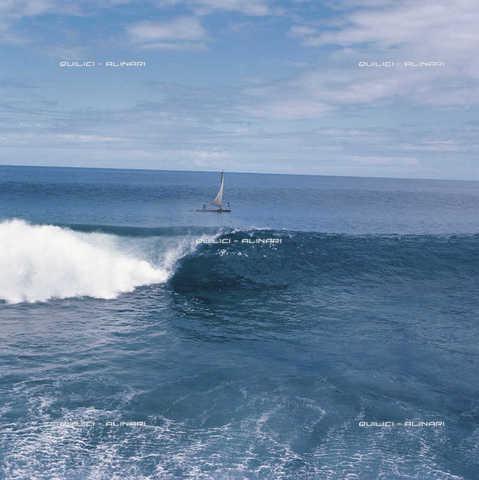 QFA-F-000069-0000 - Una delle ultime pahi a vela fotografata davanti al reef corallino dell'Isola di Morea, Polinesia - Data dello scatto: 1969 - Folco Quilici © Fratelli Alinari