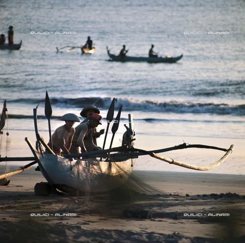 QFA-F-000156-0000 - Pescatori e canoe a bilanciere sulla riva di Sulawesi, Indonesia - Data dello scatto: 1975 - Folco Quilici © Fratelli Alinari