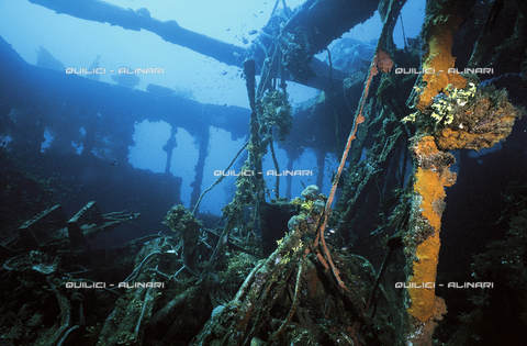 QFA-S-000026-0MCR - Laguna dell'Isola di Truk: nella plancia comando di una nave giapponese affondata nel 1944. Micronesia - Data dello scatto: 1991 - Folco Quilici © Fratelli Alinari