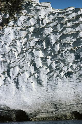QFA-S-002159-00IP - La particolare natura vulcanica della costa occidentale di Ponza, a picco sul mare: roccia tufacea con pomici pressate - Data dello scatto: 1993 - Folco Quilici © Fratelli Alinari