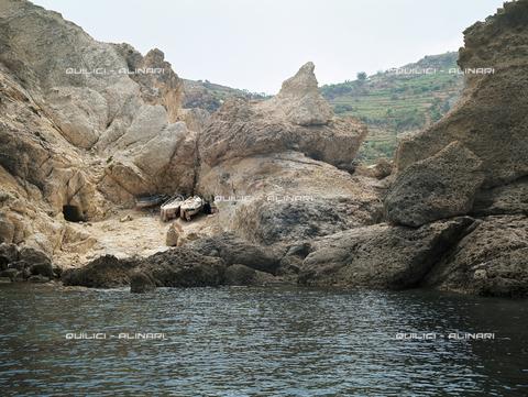 QFA-S-002737-00IP - Ricovero di barche scavato nella roccia. Riviera di Ponente, Ponza - Data dello scatto: 1980 - Folco Quilici © Fratelli Alinari