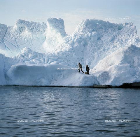 """QFA-S-004801-0GRO - Gli artificieri dell' """"ice-patrol"""" pronti a minare un iceberg, pericoloso per la navigazione nella Disko Bay in Groenlandia - Data dello scatto: 1977 - Folco Quilici © Fratelli Alinari"""