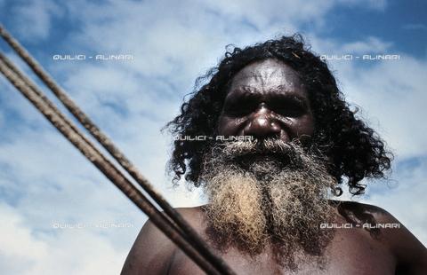 QFA-S-006603-00AU - Un aborigeno e il suo arpione alla pesca lungo la riva del Mar di Arafura, Arnhem Land, Australia - Data dello scatto: 1969 - Folco Quilici © Fratelli Alinari