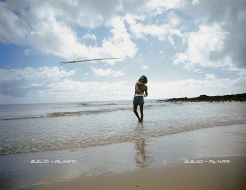QFA-S-006627-00AU - Un aborigeno e il suo arpione alla pesca lungo la riva del Mar di Arafura, Arnhem Land, Australia - Data dello scatto: 1969 - Folco Quilici © Fratelli Alinari