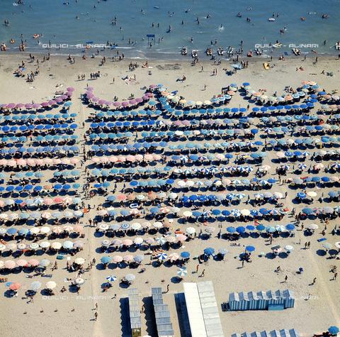 QFA-S-009607-00ER - Le spiagge di Riccione - Data dello scatto: 1968 - Folco Quilici © Fratelli Alinari