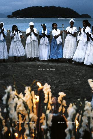 QFA-S-017462-00BR - Onoranze alla dea sirena Yemanja sulle coste di Bahia, durante le feste di febbraio in suo onore. Brasile - Data dello scatto: 1979 - Folco Quilici © Fratelli Alinari