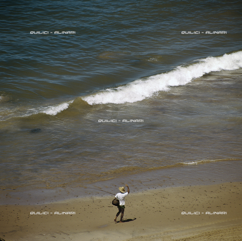 QFA-S-019604-00BR - Pescatore alla canna su una spiaggia di sabbia rosata a nord di Fortaleza. Brasile - Data dello scatto: 1979 - Folco Quilici © Fratelli Alinari