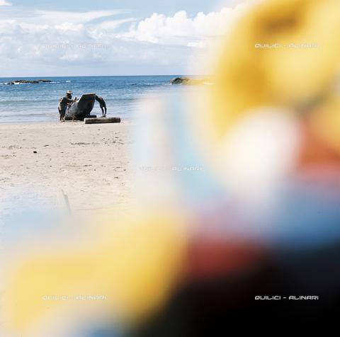 QFA-S-019929-00BR - Sulla spiaggia di Itapuà a San Salvador de Bahia. Brasile - Data dello scatto: 1979 - Folco Quilici © Fratelli Alinari