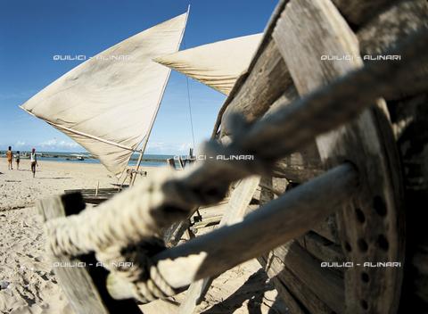 QFA-S-021754-00BR - Ingegno per spiaggiare barche da pesca, Ponta dos Patos, Fortaleza, Brasile - Data dello scatto: 1994 - Folco Quilici © Fratelli Alinari
