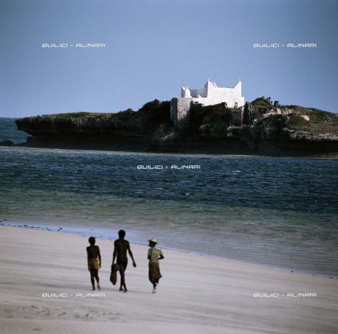 QFA-S-037261-00SM - Tomba di un sant'uomo onorato dai pescatori locali. Isola di Gesira. Somalia - Data dello scatto: 1973 - Folco Quilici © Fratelli Alinari