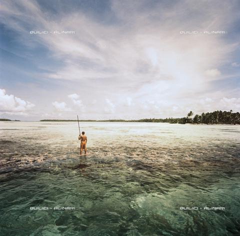 QFA-S-047601-00SP - Uno degli ultimi pescatori al patià, pronto all'immersione. Atollo di Taha. Polinesia - Data dello scatto: 1957 - Folco Quilici © Fratelli Alinari