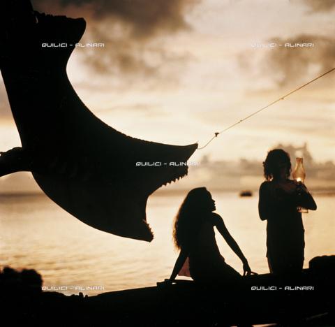 QFA-S-053003-00SP - Sera al villaggio di Tiputà (atollo di Ranghiroa) dopo la cattura di uno squalo tigre (Galeocerdo cuvier), Arcipelago delle Tuamutu, Polinesia - Data dello scatto: 1961 - Folco Quilici © Fratelli Alinari
