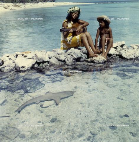 QFA-S-055411-00SP - Isole Tuamotu. Rangiroa. Bambini e piccolo squali catturati. - Data dello scatto: 1955 - Folco Quilici © Fratelli Alinari