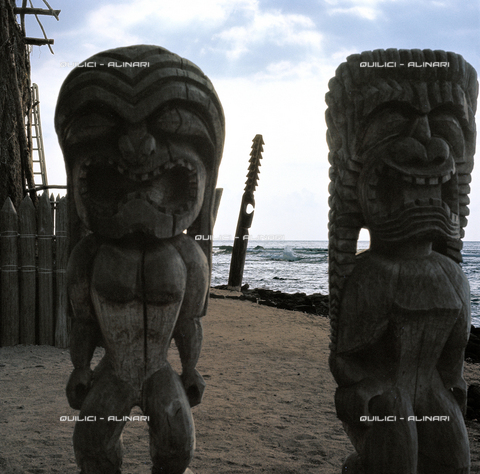 QFA-S-058226-0USA - Statue di un antico luogo sacro nell'area del Polinesian Cultural Center di Kahuku. Isola di Oahu. Hawaii - Data dello scatto: 1969 - Folco Quilici © Fratelli Alinari