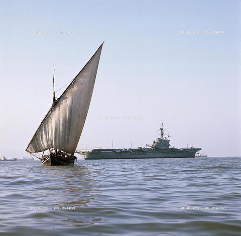 QFA-S-072606-00ID - Imbarcazione a vela e nave nel porto di Bombay, oggi Mumbai, India - Data dello scatto: 1966 - Folco Quilici © Fratelli Alinari