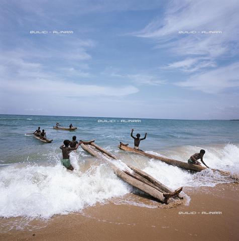 QFA-S-075314-00ID - Pescatori a Mahaballipuram rientrano dalla pesca con le loro canoe in balsa. Costa sud orientale dell'India - Data dello scatto: 1965 - Folco Quilici © Fratelli Alinari