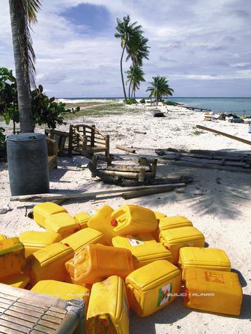 QFA-S-116090-10FQ - Fine di un paradiso: taniche vuote in una spiaggia delle Maldive - Data dello scatto: 22/05/2008 - Folco Quilici © Fratelli Alinari