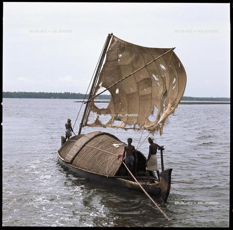 QFA-S-139491-00ID - Barca da pesca lungo la costa del Maharashtra, India - Data dello scatto: 1966 - Folco Quilici © Fratelli Alinari