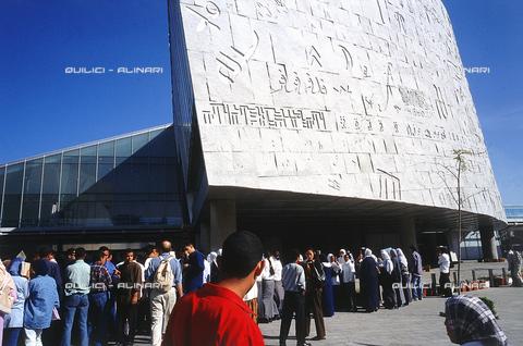 """QFA-S-DIA127-00EG - Alessandria. La ricostruzione moderna della famosa """"Biblioteca d'Alessandria"""" - Data dello scatto: 2002 - Folco Quilici © Fratelli Alinari"""