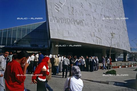 """QFA-S-DIA131-00EG - Alessandria. La ricostruzione moderna della famosa """"Biblioteca d'Alessandria"""" - Data dello scatto: 2002 - Folco Quilici © Fratelli Alinari"""