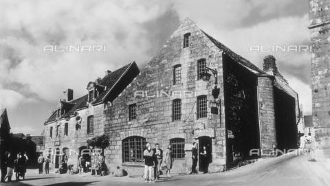 RAD-A-000002-0104 - Il lato nord della piazza di Locronan in Bretagna, Francia - Data dello scatto: 1963 - Archivi Alinari, Firenze