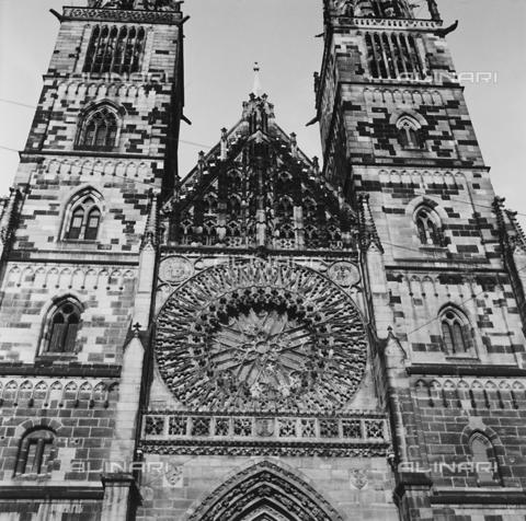 RAD-A-000005-0112 - Rosone della facciata della chiesa di St. Sebald a Norimberga - Data dello scatto: 1960-1970 - Archivi Alinari, Firenze