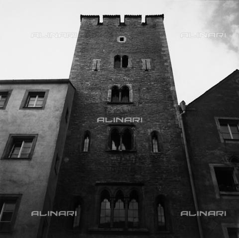 RAD-A-000005-0123 - Antica torre abitata a Regensburg - Data dello scatto: 1960-1970 - Archivi Alinari, Firenze