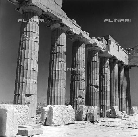 RAD-A-000012-0003 - Particolare del colonnato del Partenone, Acropoli, Atene - Data dello scatto: 1962 - Archivi Alinari, Firenze