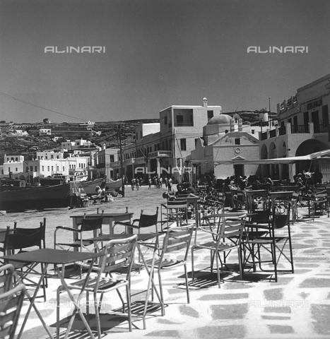 RAD-A-000012-0007 - Una piazzetta nel molo di una cittadina greca - Data dello scatto: 1962 - Archivi Alinari, Firenze
