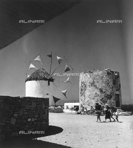 RAD-A-000012-0008 - Un mulino a vento in un isola greca - Data dello scatto: 1962 - Archivi Alinari, Firenze