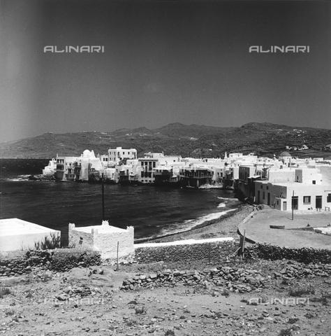 RAD-A-000012-0009 - Veduta di un caratteristico paese delle isole greche - Data dello scatto: 1962 - Archivi Alinari, Firenze