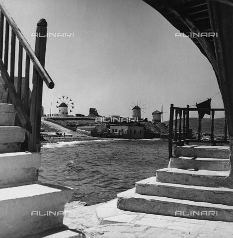 RAD-A-000012-0012 - Mulini a vento sulla costa di un'isola greca - Data dello scatto: 1962 - Archivi Alinari, Firenze