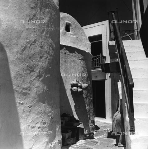 RAD-A-000012-0016 - Scorcio di un caratteristico paese greco - Data dello scatto: 1962 - Archivi Alinari, Firenze