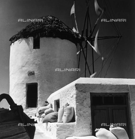 RAD-A-000012-0017 - Mulino a vento in Grecia - Data dello scatto: 1962 - Archivi Alinari, Firenze