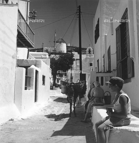 RAD-A-000012-0018 - Strada di un caratteristico paese greco - Data dello scatto: 1962 - Archivi Alinari, Firenze