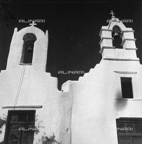RAD-A-000012-0022 - Due piccole chiese in un'isola greca - Data dello scatto: 1962 - Archivi Alinari, Firenze