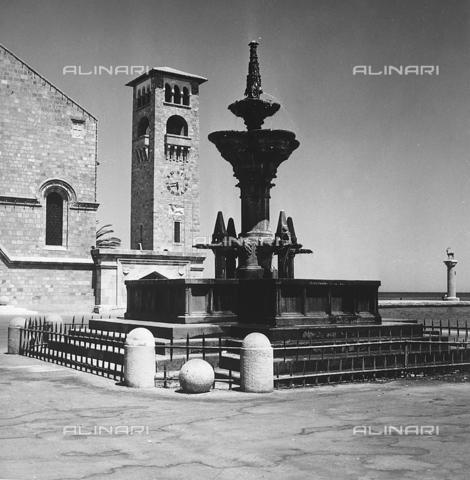 RAD-A-000012-0023 - Una fontana sul molo di Rodi, Grecia - Data dello scatto: 1962 - Archivi Alinari, Firenze