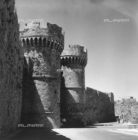 RAD-A-000012-0024 - Torrioni del Palazzo del Gran Maestro a Rodi, Grecia - Data dello scatto: 1962 - Archivi Alinari, Firenze