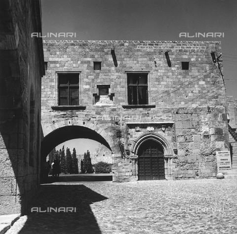 RAD-A-000012-0026 - Il cortile interno del Palazzo del Gran Maestro a Rodi, Grecia - Data dello scatto: 1962 - Archivi Alinari, Firenze