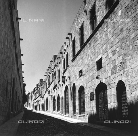 RAD-A-000012-0027 - Una strada della città vecchia di Rodi, Grecia - Data dello scatto: 1962 - Archivi Alinari, Firenze