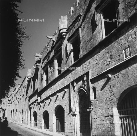 RAD-A-000012-0028 - Un palazzo della città vecchia di Rodi, Grecia - Data dello scatto: 1962 - Archivi Alinari, Firenze