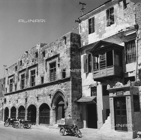 RAD-A-000012-0033 - Edifici nella città vecchia di Rodi, Grecia - Data dello scatto: 1962 - Archivi Alinari, Firenze