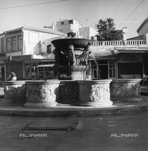 RAD-A-000012-0035 - La Fontana Morosini ad Heraklìon nell'isola di Creta, Grecia - Data dello scatto: 1962 - Archivi Alinari, Firenze