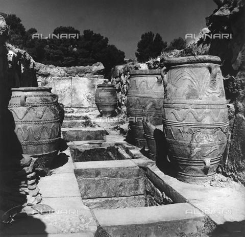 RAD-A-000012-0038 - Resti del Palazzo di Cnosso nell'isola di Creta, Grecia - Data dello scatto: 1962 - Archivi Alinari, Firenze