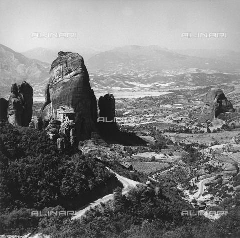 RAD-A-000012-0040 - Paesaggio con le Meteore nei pressi di Kalambaka, Grecia - Data dello scatto: 1962 - Archivi Alinari, Firenze