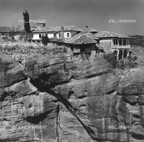 """RAD-A-000012-0041 - Un monastero delle """"Meteore"""" nei pressi di Kalambaka, Grecia - Data dello scatto: 1962 - Archivi Alinari, Firenze"""
