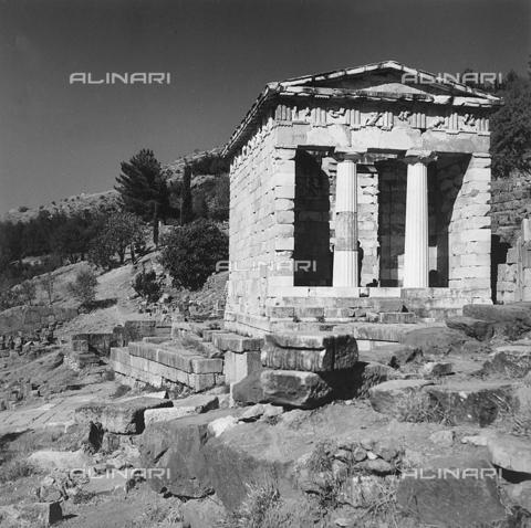 RAD-A-000012-0043 - Il tempietto dorico detto il Tesoro degli Ateniesi, nel Santuario di Apollo a Delfi in Grecia - Data dello scatto: 1962 - Archivi Alinari, Firenze