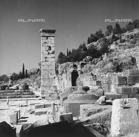 RAD-A-000012-0044 - Il basamento della statua del re di Bitania Prusia II, santuario di Delfi in Grecia - Data dello scatto: 1962 - Archivi Alinari, Firenze